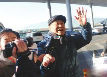 12月5日,北京,莫言在首都机场接受媒体采访。