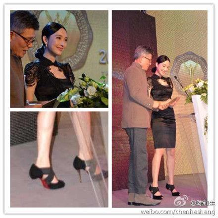 网友曝光张俪左鞋鞋跟断掉但仍上台淡定颁奖