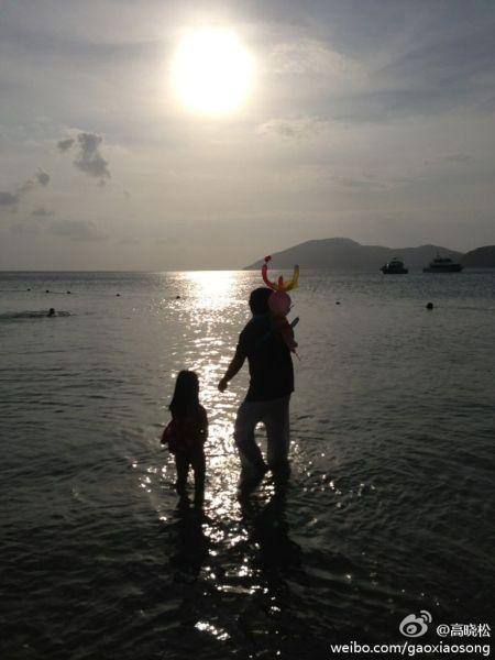 高晓松与女儿戏水