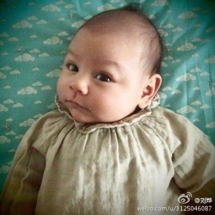 刘烨女儿霓娜的百天照