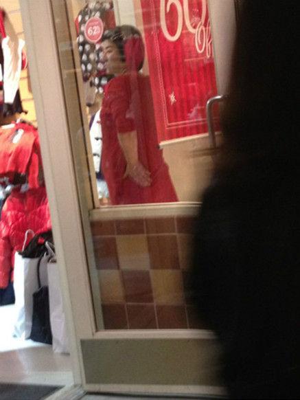 黄奕在美国挺大肚逛童装店