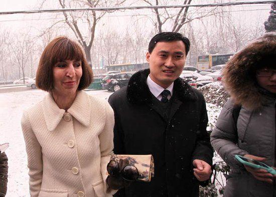 李阳的妻子KIM与律师现身奥运村法庭