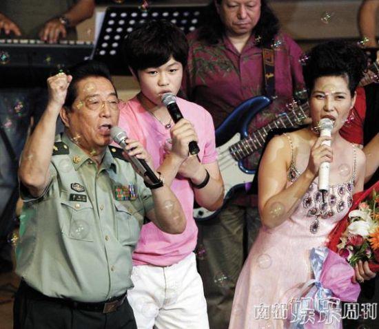 2011年8月,李天一开音乐会,父母捧场。在此后不久,李天一就开始给父母惹事。