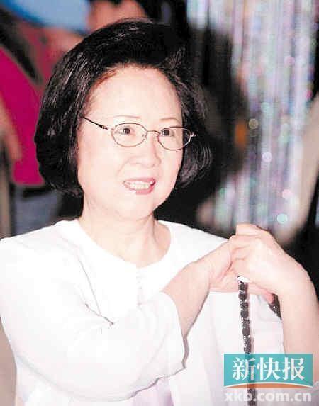 """今年7月底,被网友誉为""""专注虐心50年""""的琼瑶阿姨新作《花非花雾非雾》拍在即将上档前,琼瑶方面放出消息这将是她封笔之作。"""