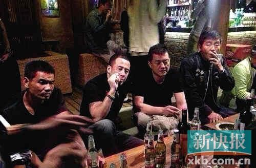 杨坤陪好友李亚鹏抽烟、喝酒消愁