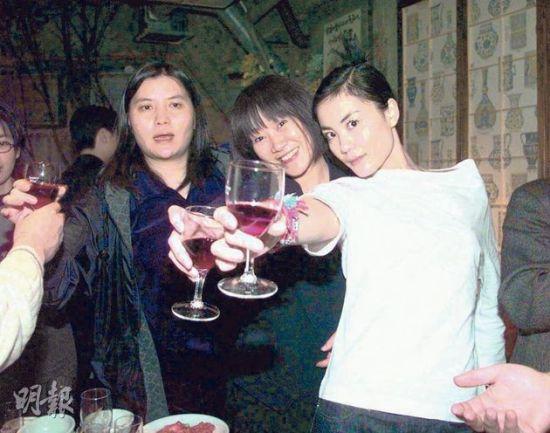 邱��宽(左)及陈家瑛(中)曾为王菲的事业而共同打拼。