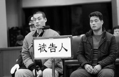 张小喜(左一)不服一审判决上诉,案件今开庭 摄/法制晚报记者 曹博远