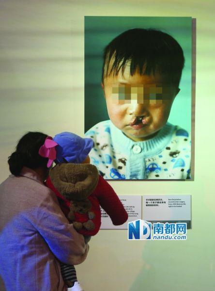 2013年11月21日,是嫣然天使基金7周岁的生日,上海新天地内的展览记录了它走过的路程。东方IC供图。