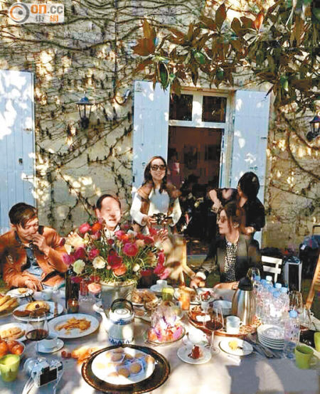 谢霆锋(左)在酒庄内的花园吃大餐,而赵薇(前右)则招呼好友。