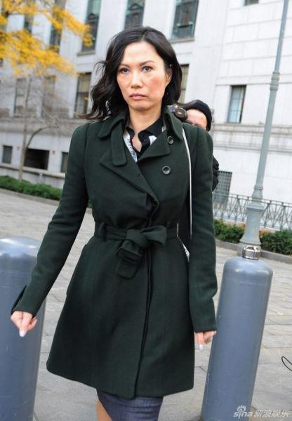 2013年11月20日邓文迪与默多克正式协议离婚,图为邓文迪走出法院。