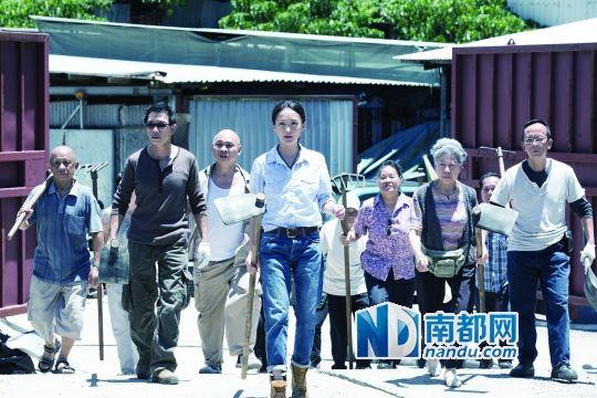 《窃听风云3》里,周迅饰演香港新界农村的一位单亲妈妈,被刘青云的土豪集团欺负,和古天乐也有过节。