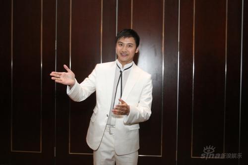 图文:金童玉女婚礼现场田亮白色西服亮相