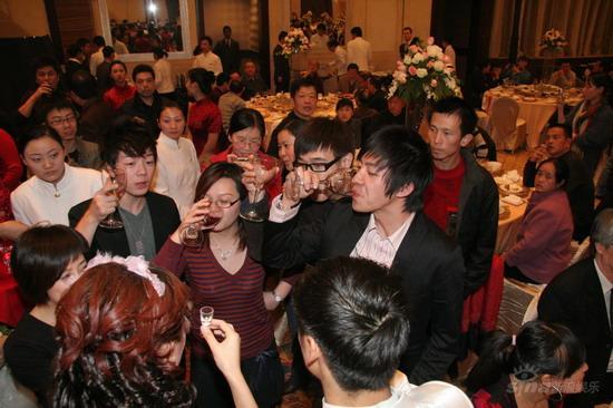 图文:田亮叶一茜婚礼现场俞灏明和王栎鑫敬酒