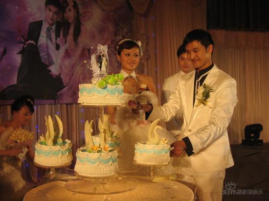 图文:田亮叶一茜新婚典礼现场-新郎在切蛋糕