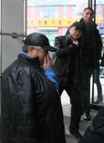 图文:赵本山回乡办父亲丧礼--忍不住流泪