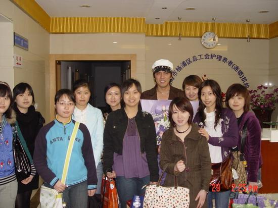 组图:吴庆哲上海过生日敬老院看望老人送礼物