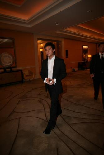 组图:佟大为今日办婚礼伴郎朱雨辰到婚宴现场