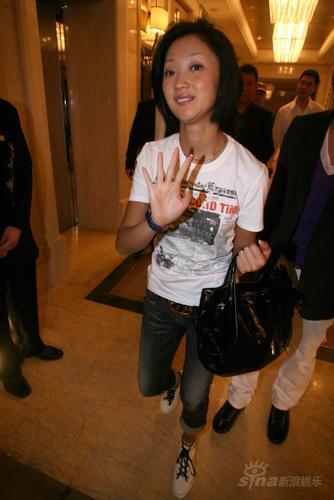 图文:佟大为北京婚礼女星张瑶亮相笑意盈盈