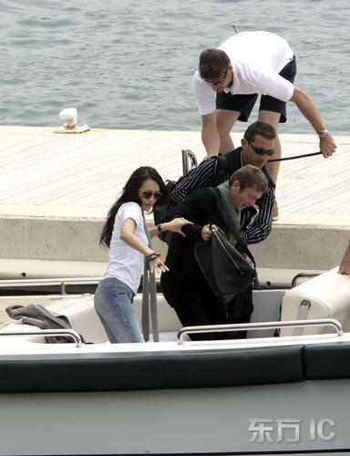 组图:章子怡与男友乘快艇十指紧扣大秀甜蜜