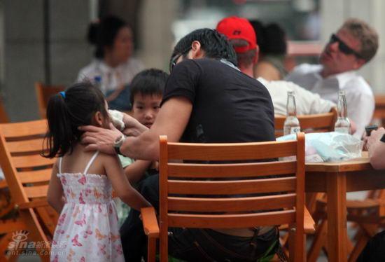 的感觉。邵兵虽然在跟朋友们闲谈,但眼睛一直在注视着孩子,不一会儿他把女孩拉到身边温柔地为女儿擤鼻涕,而儿子在一旁瞪着不解的眼睛注视着,后来邵兵又牵着女儿的手走进了商场,等他出来时原来是为女儿套上了一件衣服,可能是他感觉到气温有点下降了,怕孩子感冒,后来俩个孩子玩腻了,就围着邵兵的椅子打转起腻,看着儿女绕膝,邵兵冷峻的脸上露出了满意自得的笑容。作在邵兵身边的是一位30岁左右身材苗条的漂亮女士,本来记者以为她可能是邵兵的妻子,但后来发现她也只是邵兵的一位朋友。大约在晚上6点半左右,邵兵牵着儿女的手和朋友一起