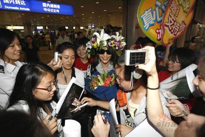 组图:李冰冰头顶花环凯旋北京机场粉丝围观