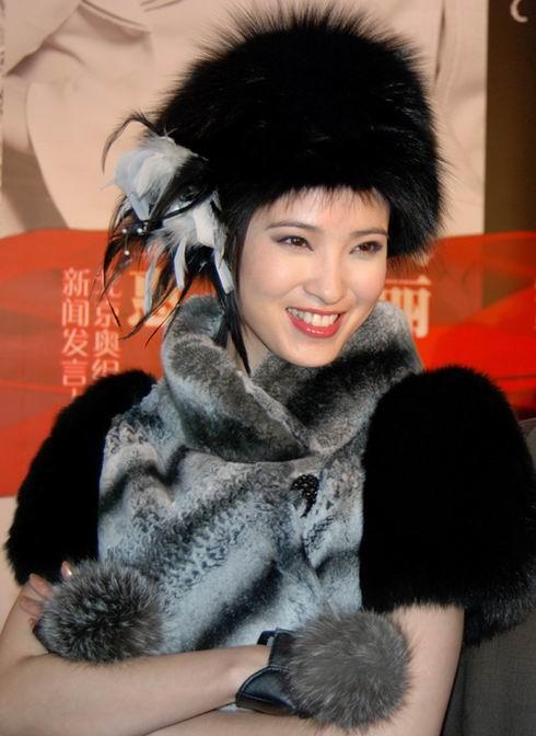 组图:龚蓓�化身俏皮雪之女王时尚聚会领风骚