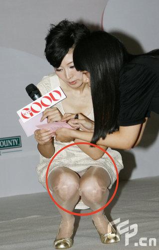 一身米色短裙的主持人李霞