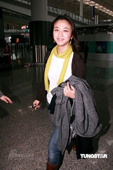组图:汤唯现身香港机场面带亲和微笑行色匆匆