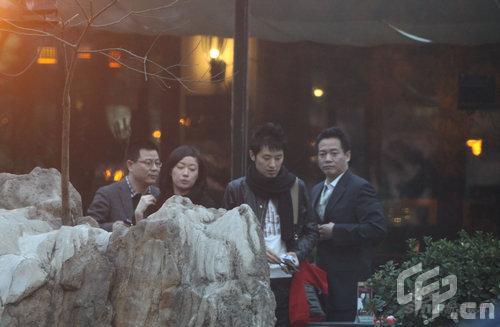 组图:任泉与王亚楠好友相聚提倡节俭餐后打包