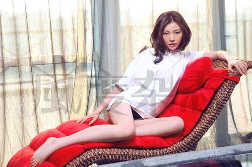 组图:Miumiu巩新亮本色出镜尽展妩媚性感