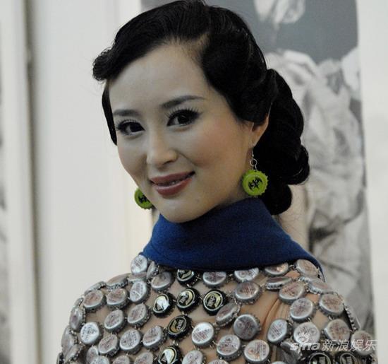 刘竞出任公益形象大使穿酒瓶盖旗袍走秀(组图)