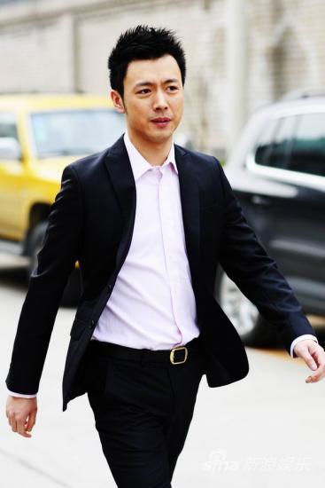 组图:曹炳坤玩转黑色经典完美蜕变达人绅士