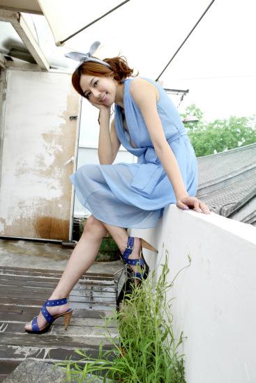 组图:周韦彤淑女性感写真夏日留住春的温度