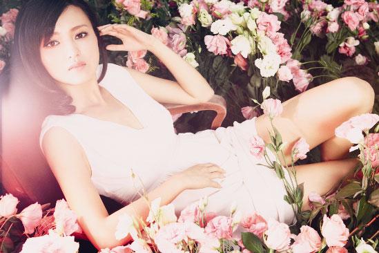 演员傅晶夏日写真曝光变身慵懒睡美人(组图)