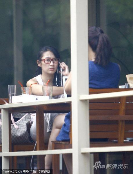 组图:梁静光脚盘腿叼香烟露天咖啡店见好友