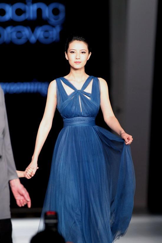 组图:高圆圆出席品牌活动 深蓝长裙优雅大方