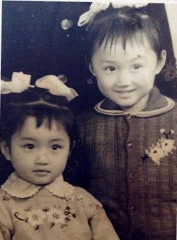 杨钰莹(左)与姐姐童年照