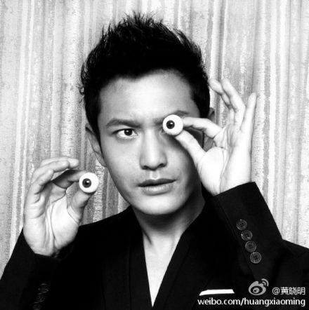 """黄晓明""""抠""""眼球拍照称好玩"""