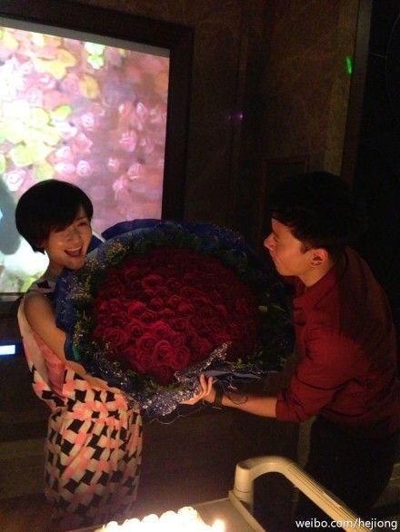谢娜33岁生日张杰送玫瑰示爱