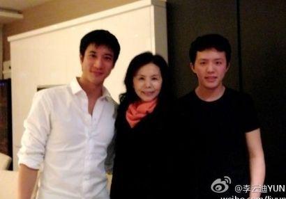 2012年11月23日,王力宏、李云迪妈妈、李云迪合影