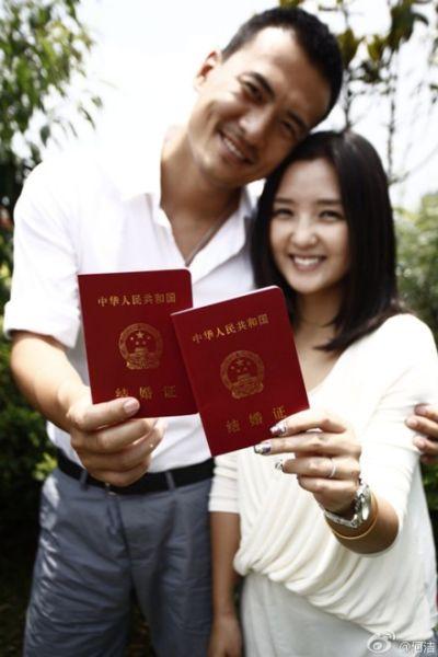 何洁赫子铭晒结婚证幸福洋溢