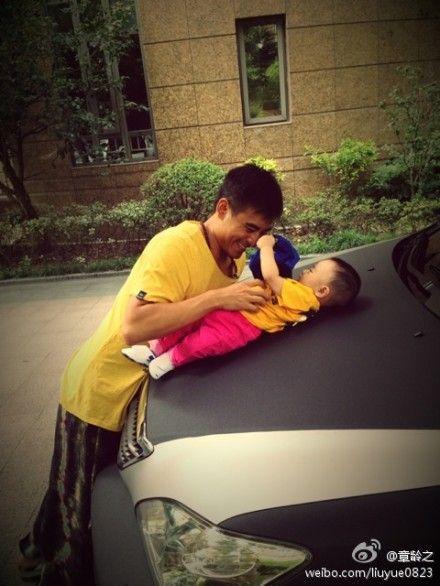 陈龙与儿子嬉戏乐开花儿