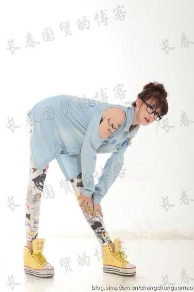 赵本山爱女练功露肩上纹身