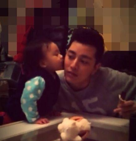 李小璐女儿学会亲亲吻献爸爸