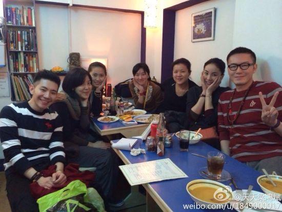 王菲与友人合照