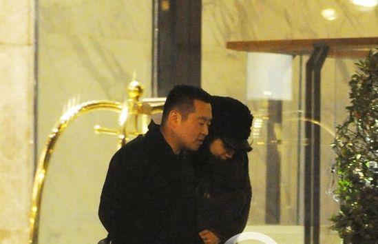 孔令辉被拍到与嫩模出入酒店