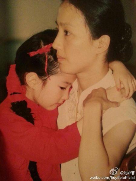刘亦菲靠在妈妈怀里