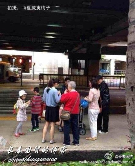 张艺谋(右一)陈婷(黑色裙子)和三个孩子及岳母