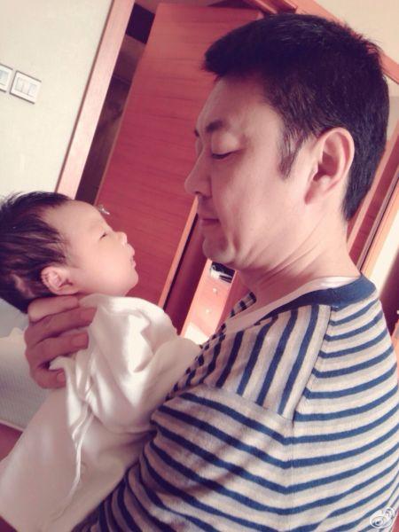 央视主播杨柳怀抱爱子