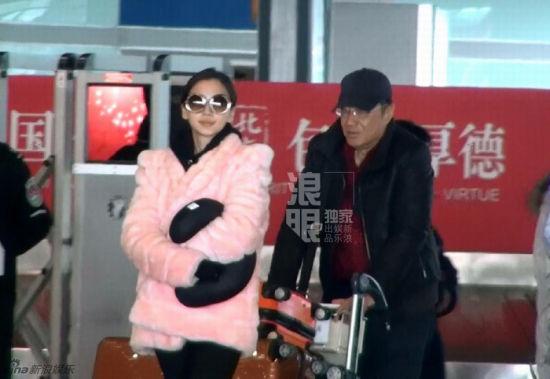 返回北京时baby与黄晓明爸爸聊天